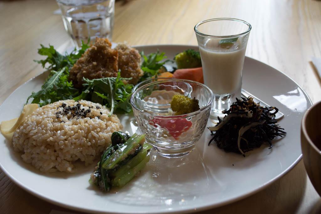 ビオ・ハーヴェストプレート。野菜色々と玄米ごはんのランチです