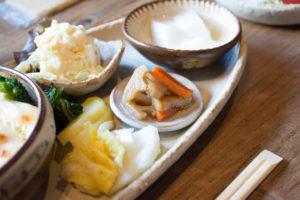 漬物、きんぴら、ポテサラと杏仁豆腐