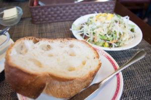 ビストロババのパンとサラダ